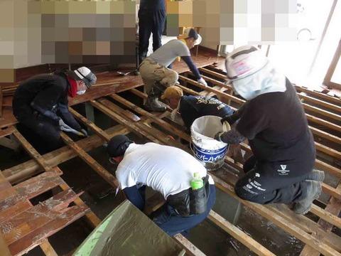 岡山市東区の床上浸水現場(床はぎ作業に汗を流すボランティア)