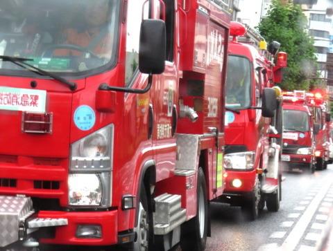 岡山市中心部を通過する大阪市消防局の救援隊車列