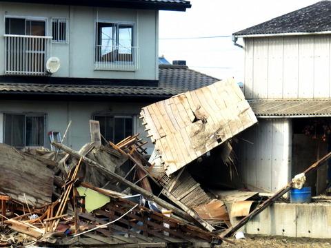 真備町 二階まで破壊された家屋