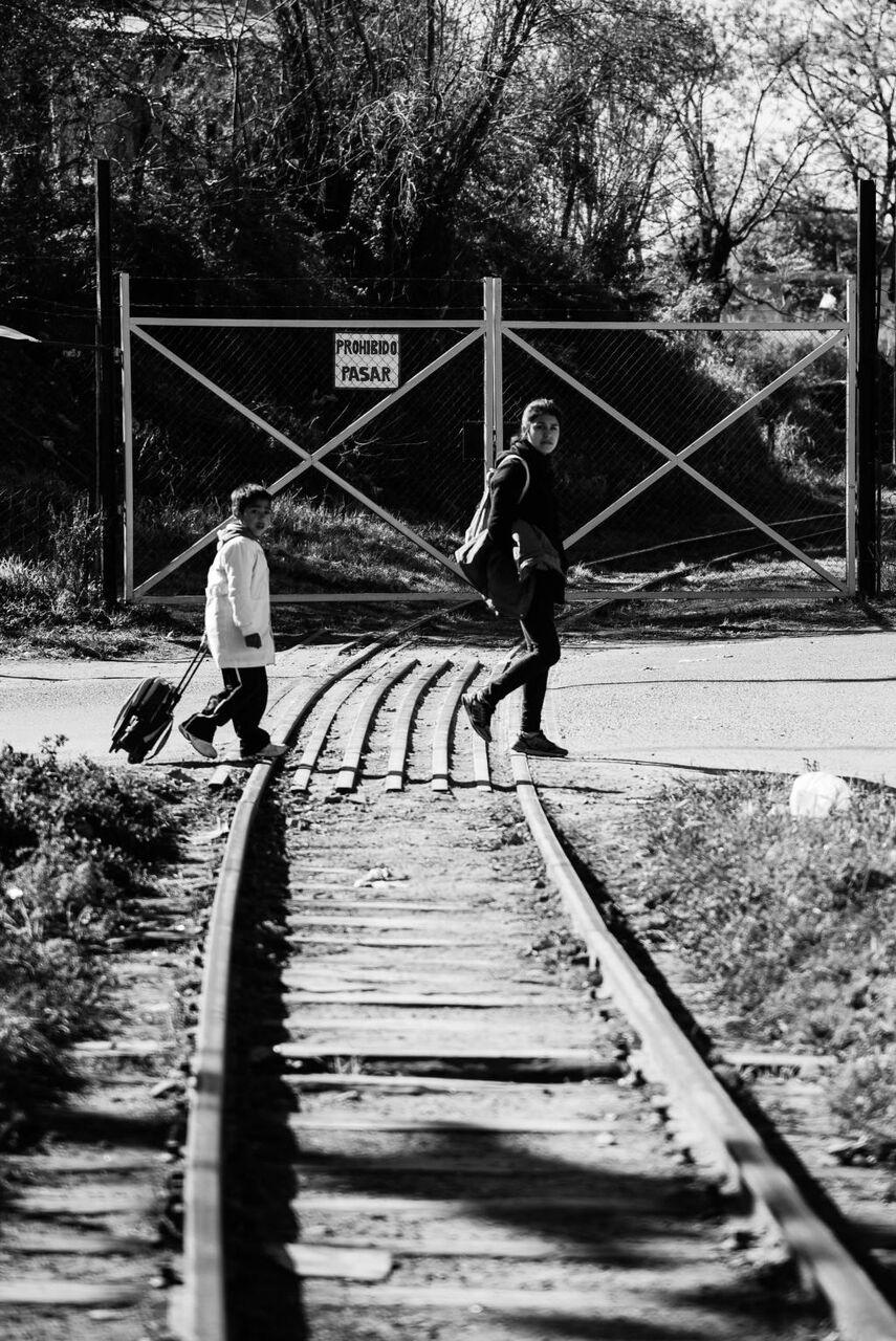 黒 白 パス 列車のpc壁紙kaいいっkoは 子どもたちが 行くschoole 現実の生活 母親に 高精細の画像 材料入力します 壁紙