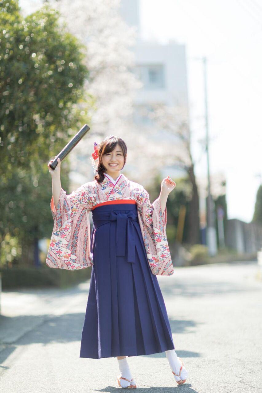 ハカーマの女の子がちょうど大学を卒業 モデル 川村幸運の壁紙iphone