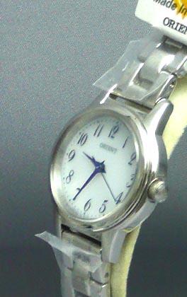 ホワイトカラーダイヤルの上品な発色が特徴の女性用腕時計