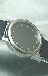 グレーダイヤルの針のない時計?