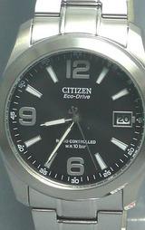 シンプルなデザインにスポーティーな文字板インデックスを施したシチズン(CITIZEN)のソーラー電波時計フォルマ
