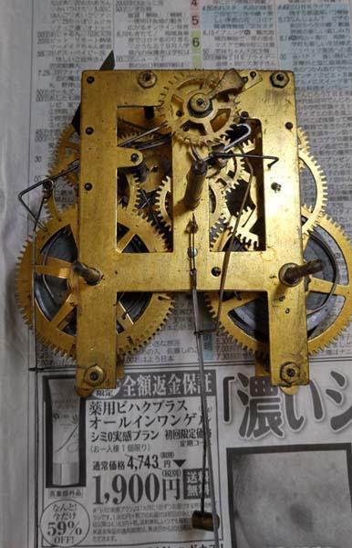 分解した機械式振り子時計です