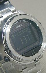 メタリックのソーラー電波時計