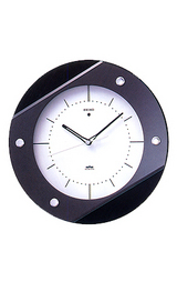 カバーガラスを斜めにあしらったモダンなデザイン電波時計