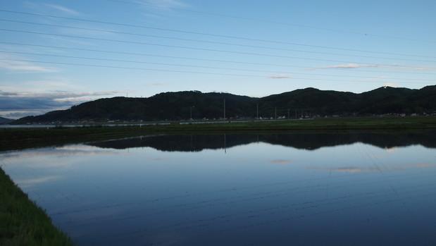 水面に映る山並