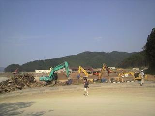 新北上大橋横の三角地帯から見える大川小学校