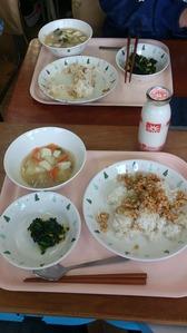 野菜と豆腐の味噌汁と鶏そぼろ掛けごはん