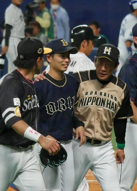【悲報】栗山監督、とうとうロッテの選手に手を出してしまう