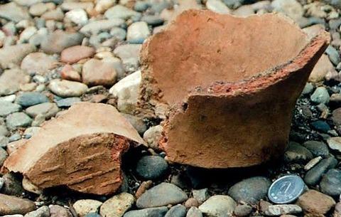彡(゚)(゚)「土器が見つかったら工期遅れるから割ってる」