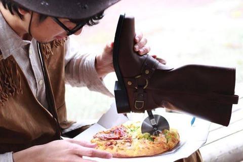 ブーツの踵にピザ切るヤツ付けてる奴www