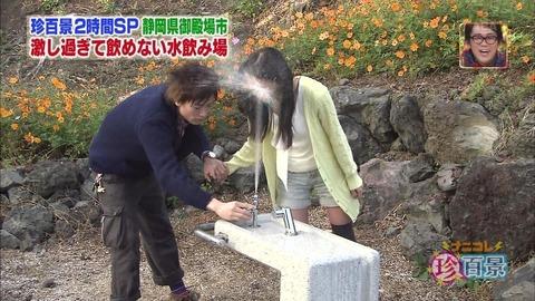 彡(゚)(゚)「あっついなぁ…公園の水道で水でも飲むか」