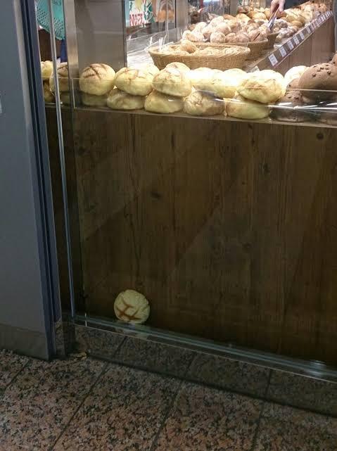 【画像】潔癖症はこのパンの置き方が気に入らないらしい