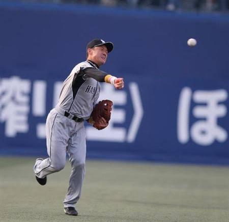【悲報】金本さん、レフトからサードに送球するだけで大騒ぎ