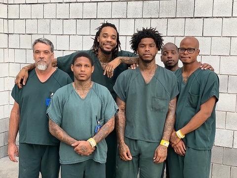 【画像】倒れていた看守を救った受刑者集団が映画みたいでカッコ良すぎると話題にwwww