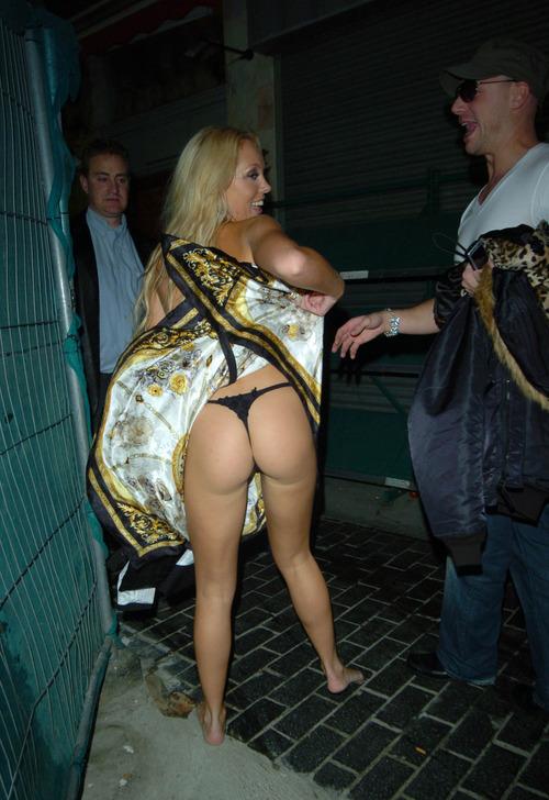 露出好き!?自分でスカートを捲り上げるアイシェネのお尻が丸見えに