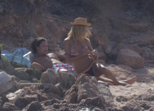 Heidi Klum - at a beach in Sardinia (5)