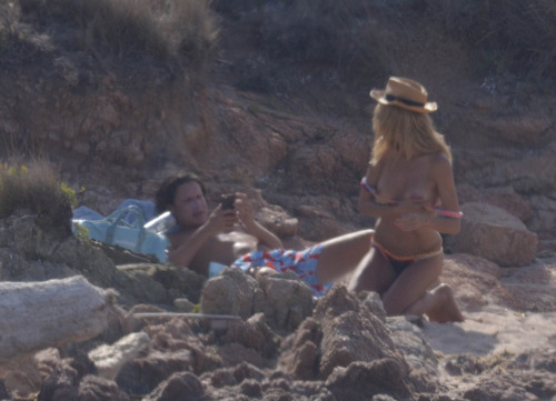 Heidi Klum - at a beach in Sardinia (1)
