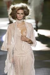 ファッションショーでおっぱいポロリしまくるジュリア・ステグナー