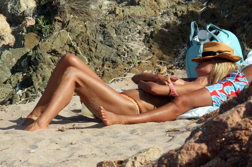 Heidi Klum topless at a beach in Italy (3)