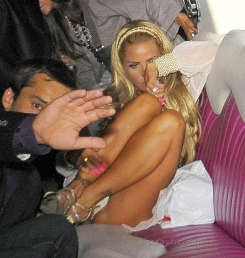 Katie Price - upskirt Leandro Penna birthday party (2)