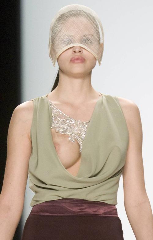 Hana Nitsche - Runway Nudity (1)