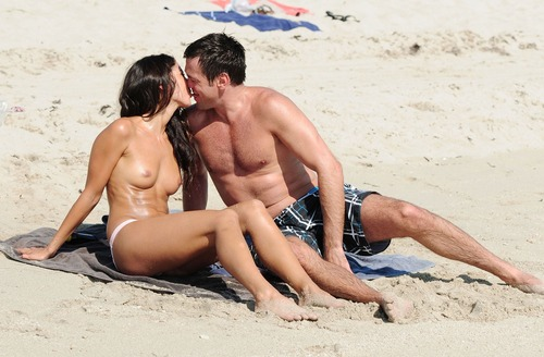 Leilani Dowding Topless on a beach in Miami 06