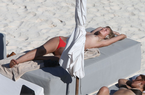 Toni Garrn - Topless on a beach in Mexico (19)
