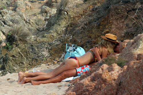 Heidi Klum at a beach in Italy (5)