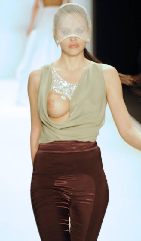 Hana Nitsche - Runway Nudity (5)