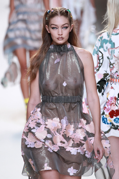 Gigi Hadid Walking The Runway (6)