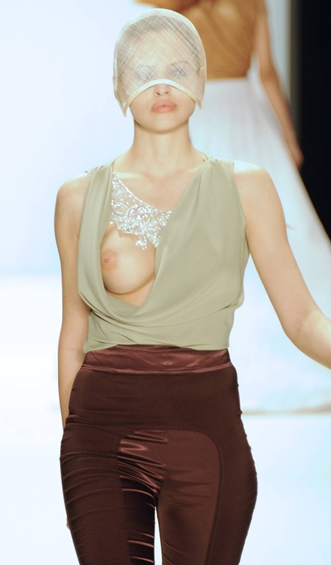 Hana Nitsche - Runway Nudity (6)