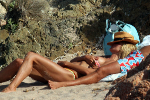 Heidi Klum topless at a beach in Italy (1)