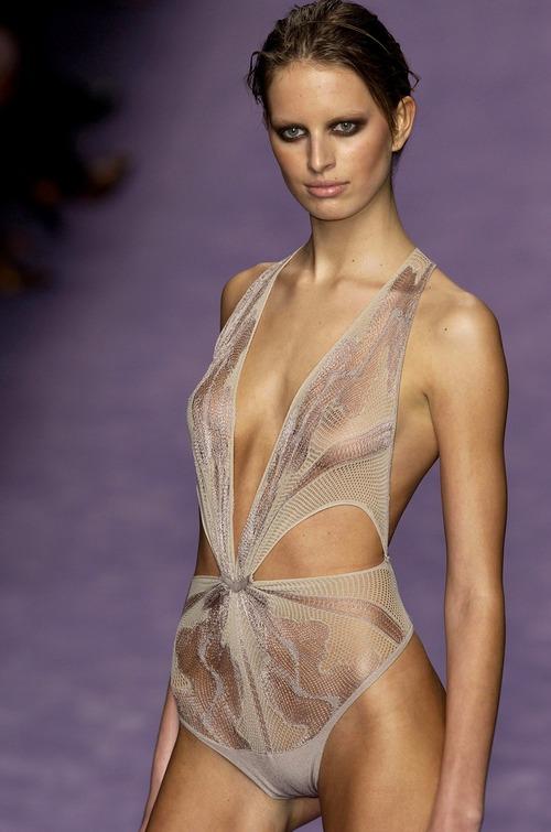 Karolina Kurkova - Runway Nudity (1)