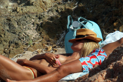 Heidi Klum topless at a beach in Italy (6)