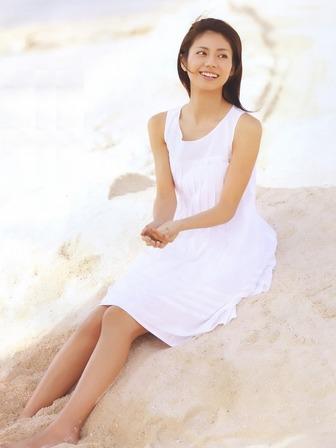 真っ白なワンピースに砂浜。
