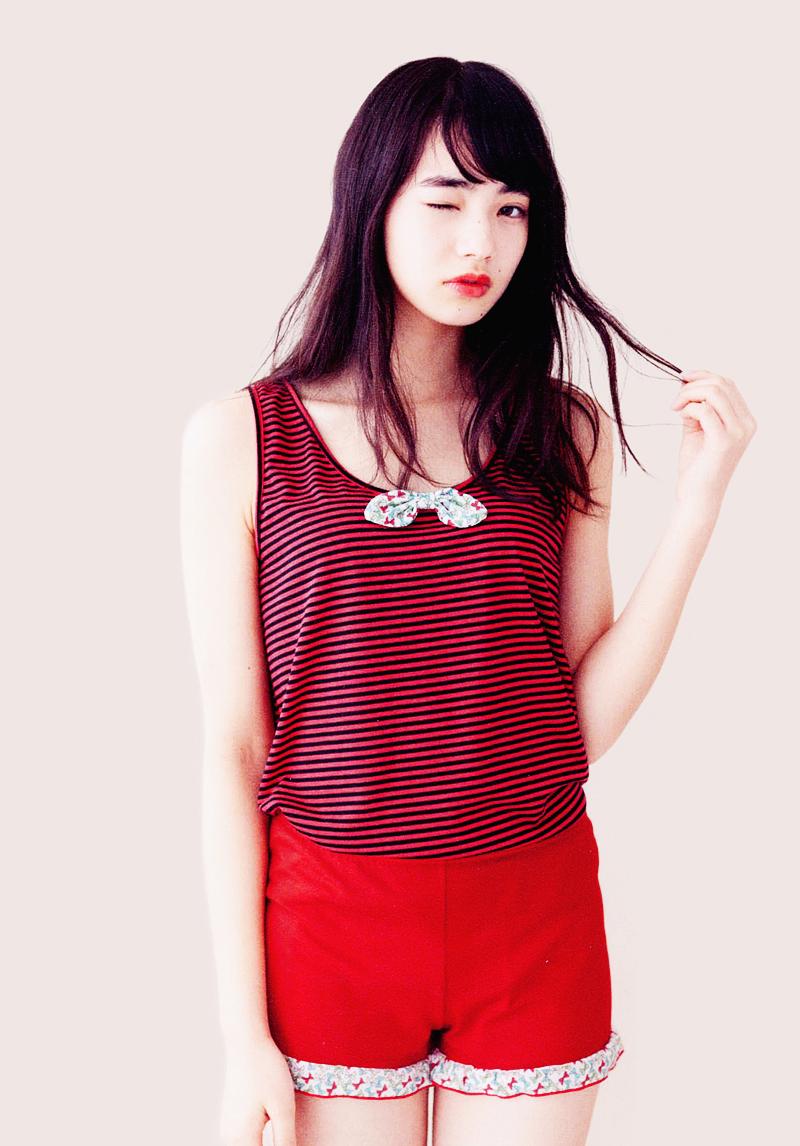 赤色衣装の小松菜奈