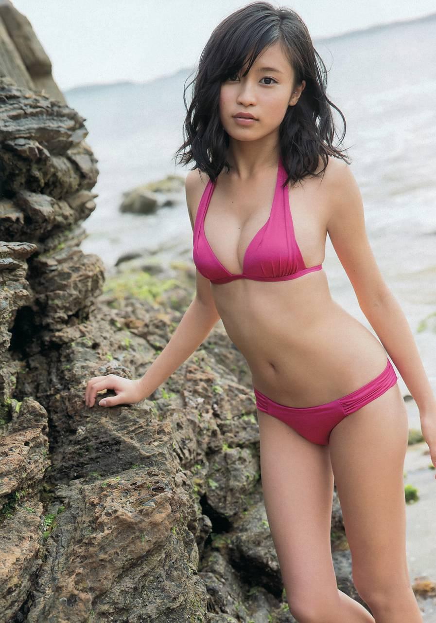 岩場に赤い水着のかわいい小島瑠璃子