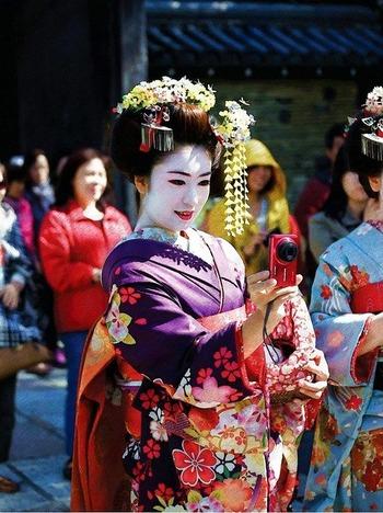 https://pixabay.com/ja/photos/芸者-伝統的な-服-女性-5019240/