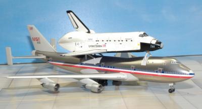 アメリカンB747とスペースシャトル右側-1