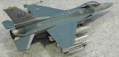F-16C MJ右後方トップ_R