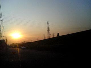 土手と夕日