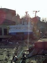 漁船と民家