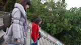 ハイヒールで一緒に階段下る
