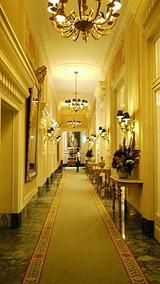 ホテル二階廊下