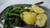 つけ合わせのイモと青菜