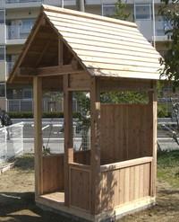 園庭2小屋完成ななめ