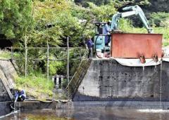 原油の異常湧出続く市、回収しても「使い道ない」…池に流入して水面真っ黒 新潟